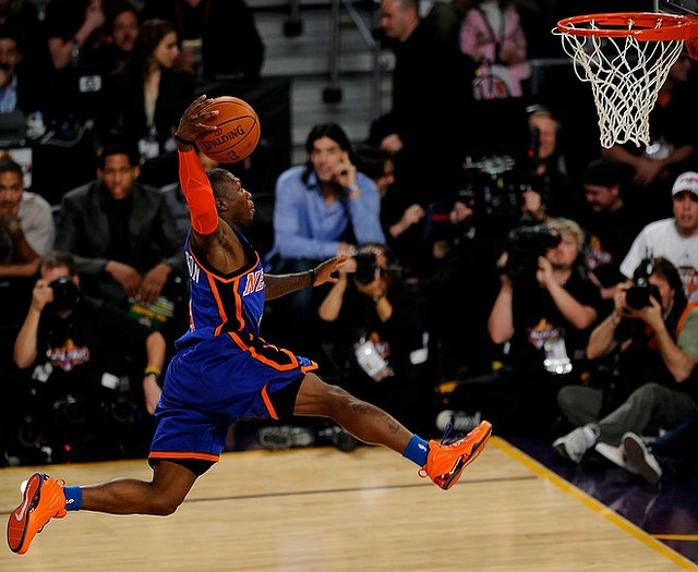 14507b3199f496 Nate Robinson throws down in a Knicks-inspired Nike Foamposite Lite.