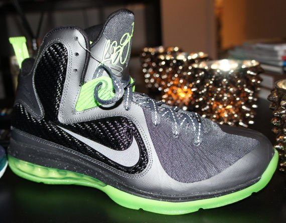 purchase cheap 696b2 0a72b The Dunkman colorway has become a staple in the signature sneaker series for  LeBron James since the Zoom LeBron 2 was the first to put an official name  on ...